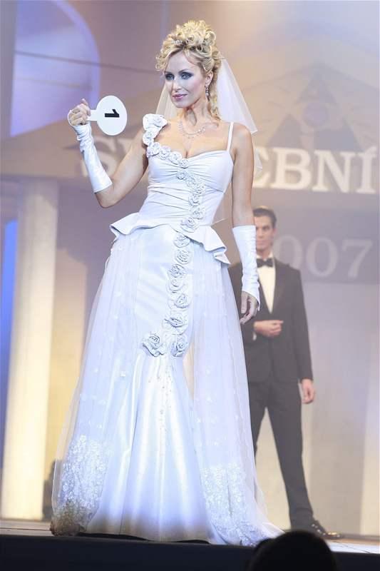 60fc6a32460 Fotogalerie  Svatební šaty roku 2007 - Agáta Hanychová měla i sexy svatební  kalhotky