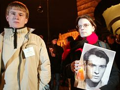Výročí 35. let od upálení studenta Jana Palacha. Tichý průvod. Jan Palach na fotografii.