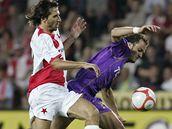 Slavia - Fiorentina: Krajčík (vlevo) stíhá Gilardina