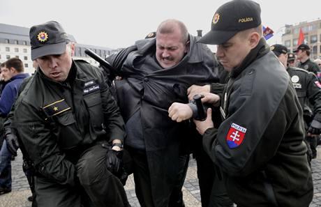 Policie zatýká předáka slovenských neonacistů Mariána Kotlebu.