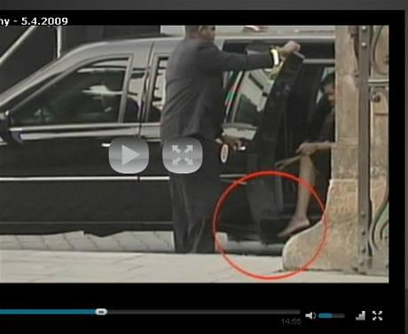 b07059dad18 Obamová opravdu nenosí punčocháče  jde o průlom