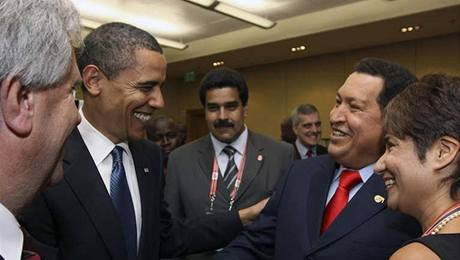 Obama a Chávez na summitu (18. dubna 2009)