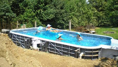 c23f7be06b Levný zapuštěný bazén neexistuje. Prodraží se zemní práce i doplňky ...