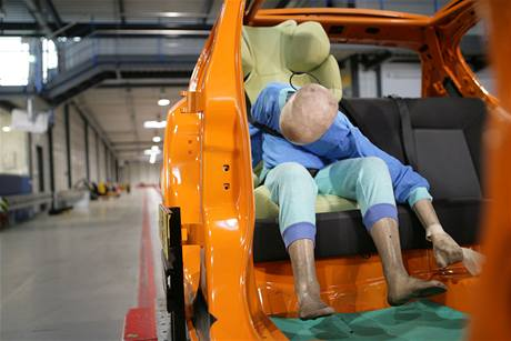 9e4a1c91484 Crashtesty dětských autosedaček  pozor na děti na předním sedadle ...
