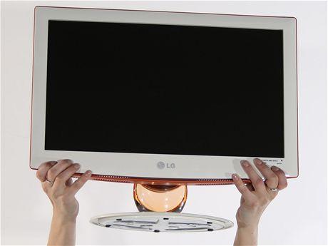 279a1e9ea Největší designovou kreaci v testu předvedlo LG. Kombinuje bílý plast na  předním krytu, sytě oranžový plast zadních partií a transparentní nožku z  čirého ...