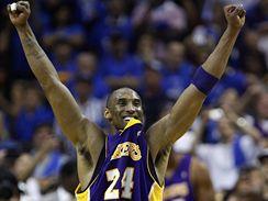 LA Lakers: Kobe Bryant - Kobe Bryant z Los Angeles Lakersve vítězném gestu.
