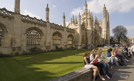 Studenti v areálu univerzity Cambridge