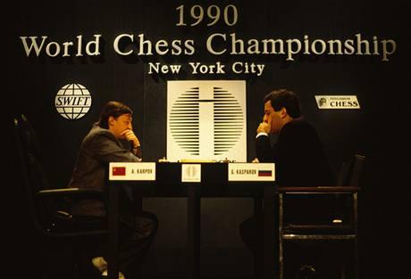 Nesmiřitelní rivalové: Anatolij Karpov a Garry Kasparov.