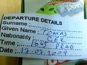 foto: Tomáš Poláček, MF DNES - Tomáš Poláček byl z Turecka deportován okamžitě po příletu. Dobrej start. V Istanbulu na letišti se mnou vůbec nemluvili, jen mi dali tuhle letenku na zítřejší odpoledne do Prahy, a pak mě zamkli mezi partu Indů. Konzul už o mě ví a snaží se pomoct. Prostě prázdniny.