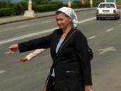 foto: Tomáš Poláček, MF DNES - Rumunsko je země stopařů. Na každé výpadovce je jich houf, pro mě ale nejsou konkurencí (foceno z mobilu)