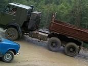 foto: Tomáš Poláček, MF DNES - Když v kavkazských průsmycích zmizí asfalt, jedeme dvacítkou