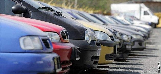 Policie řeší milionové podvody s auty v Chomutově, je na 30 poškozených