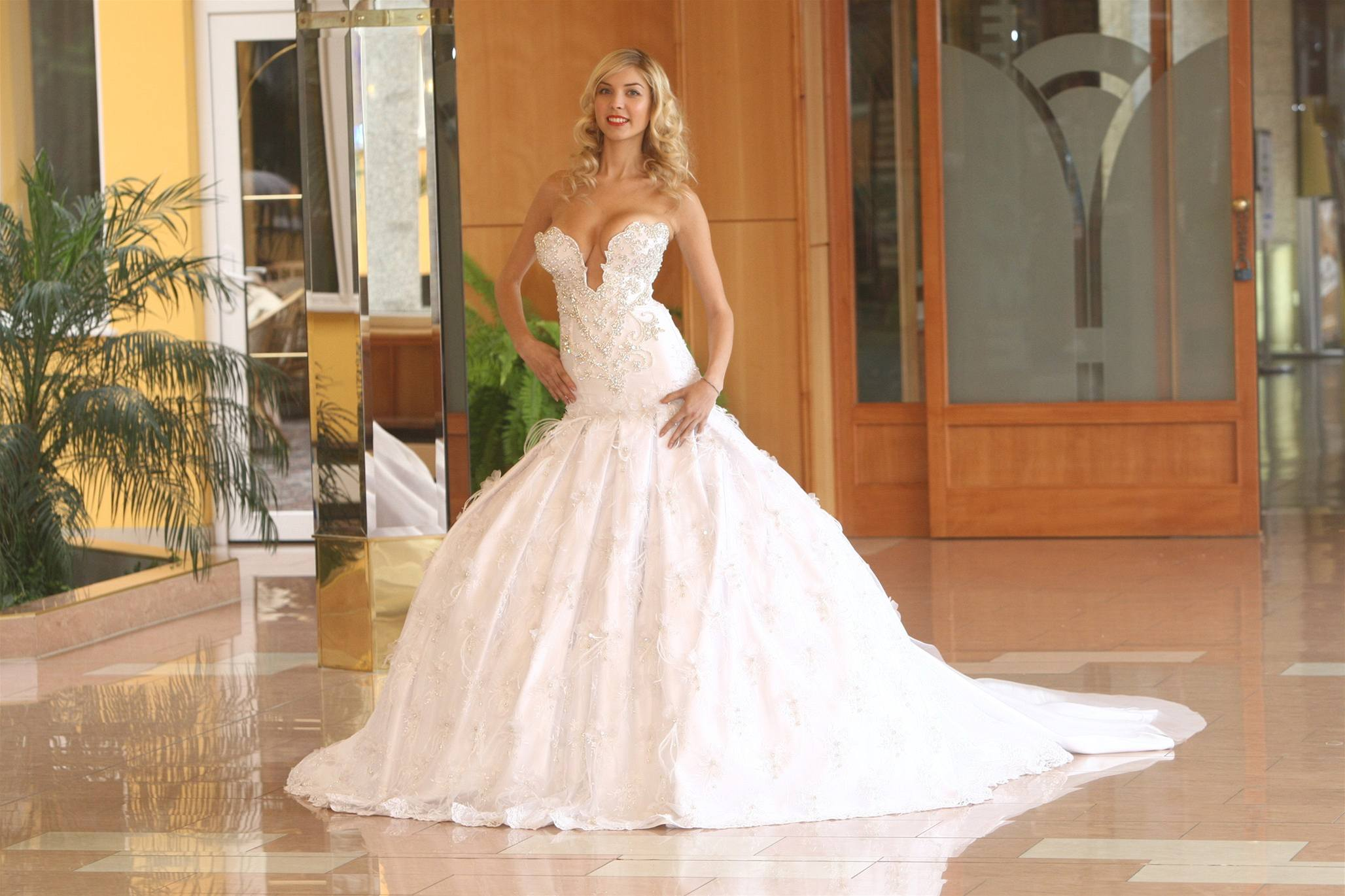 dc5043897c16 Na nejdražší svatební šaty světa si připravte 12 milionů dolarů ...