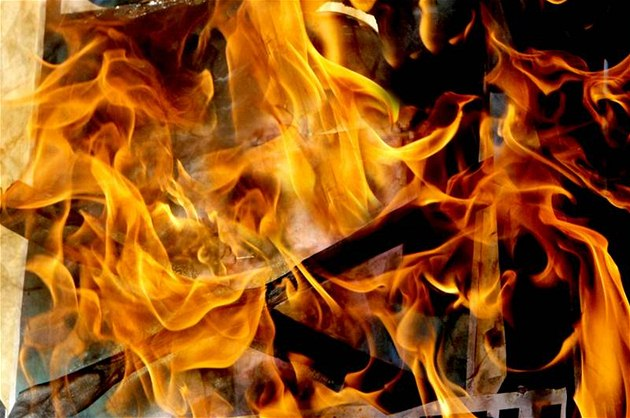 Žárlivec polil byt expartnerky ředidlem a škrtl, žena má popálené ruce