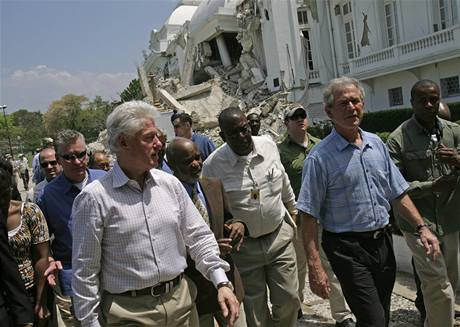Bill Clinton a George Bush na Haiti (22. března 2010)