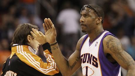 Steve Nash (vlevo) a Amaré Stoudemire z Phoenixu Suns