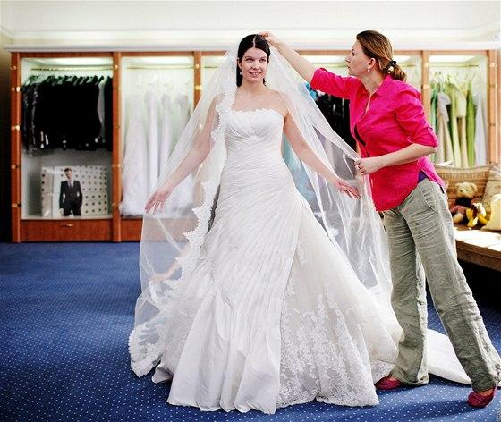 Sháněli jsme s nevěstou svatební šaty. Jak a kde vybrat ty pravé ... fbe9203449