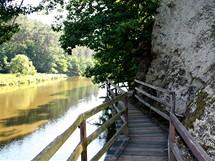 Visutá stezka nad Lužnicí na pravém břehu řeky