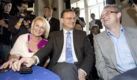 Starostka Prahy 2 Jana Černochová se raduje vedle Petra Nečase a Marka  Bendy z volebního úspěchu 6024a5a84cb