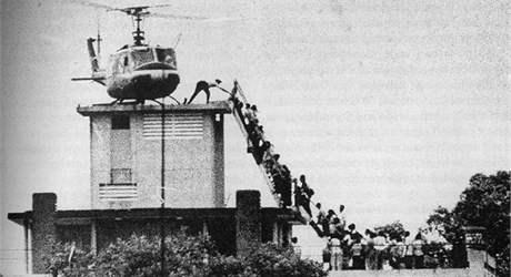 Američané prchají ze Saigonu poté, co jej dobyla severovietnamská armáda. (29. dubna 1975)