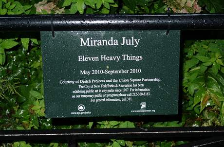 Miranda July: výstava Eleven Heavy Things na Union Square, New York