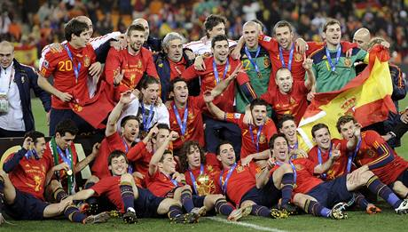 MISTŘI SVĚTA. Kompletní španělský tým pózuje fotografům po vítězství ve finálovém utkání nad Nizozemskem.