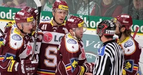Úleva hokejistů Sparty po vstřeleném gólu.