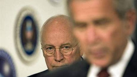 Dick Cheney (v pozadí) a George Bush