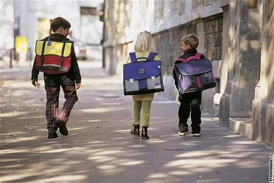 Nejlepší školní tašky  musí být zpevněné a vážit nejvýš kilo a půl ... 0b92a02552