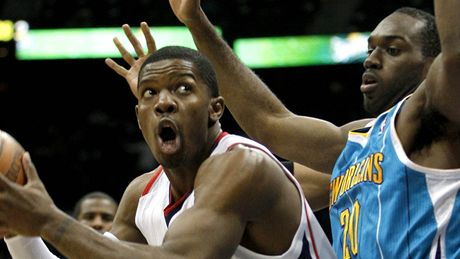 Joe Johnson z Atlanty (vlevo) a Quincy Pondexter z New Orleans.