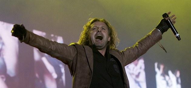 Kabát oslaví na turné milion prodaných nosičů 6c785800ec7