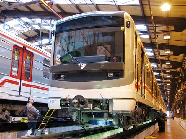 Miliardy pod stromeček. Vlaky v metru bude spravovat Škoda transportation