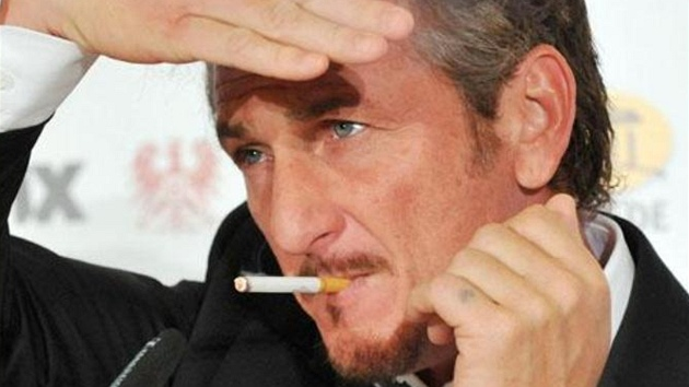 Berlinale 2011 - Sean Penn s cigaretou