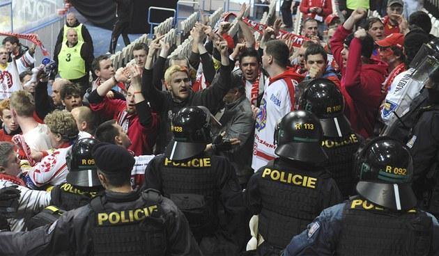 f64cb9e9f0a92 Takhle zasahovala policie před časem proti fanouškům extraligového Třince.  Podobně si musela poradit i v
