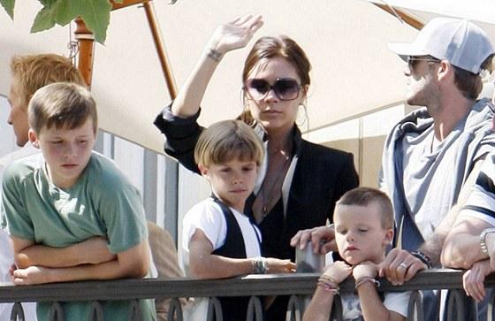 a72c1295538 Victoria Beckhamová a její synové Brooklyn