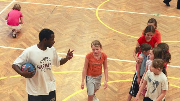 Levell Sanders na tréninku dìèínskıch minižaèek.