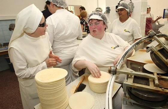Slavnostní zahájení výroby v rozšířeném provozu společnosti Unita, s. r. o. v Bílé Vodě na Jesenicku, která je jediným domácím výrobcem hostií a významným producentem lázeňských oplatků.