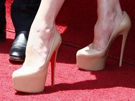 d7a79b47030 Těhotná Victoria Beckhamová nosí v osmém měsíci boty na vysokých podpatcích