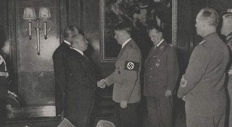 Prezident Hácha a Adolf Hitler při schůzce v ranních hodinách 15. března 1939.
