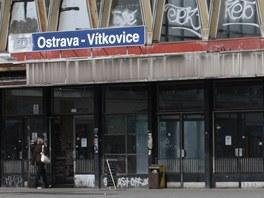 Výpravní budova železničního nádraží v Ostravě-Vítkovicích na starším snímku.