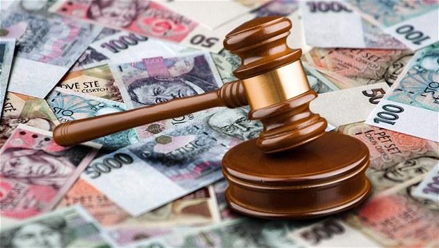 Soud uložil policistovi pokutu 100 tisíc. Při výslechu urážel recidivistu