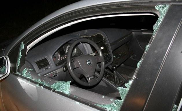 Zloděj během týdne v Žatci vykradl 45 aut, v jednom i usnul