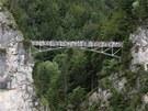 Značená cesta od zámku vede k mostu Marienbrücke, kterým je překlenuta hluboká...
