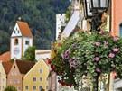 Zámek Neuschwanstein v Německu se tyčí poblíž malebného městečka Füssen