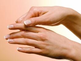 Masáž rukou dopřeje pokožce potřebnou výživu a péči. (Ilustrační snímek)