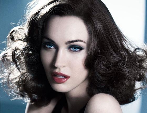 Krásná herečka Megan Fox se nejen do Armaniho obléká d4694d97cc