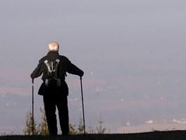 Turista v Beskydech má důvod k úsměvu. Zatímco on si užívá sluníčka na horách,...