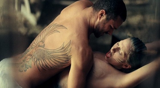 Taylor Kinney a Lady Gaga ve videoklipu písně You And I