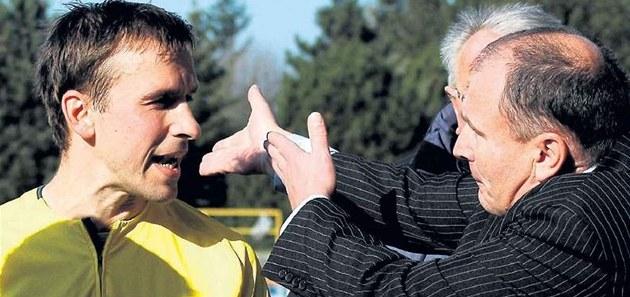Resgate com Hejret. Jogadores de futebol Sokolov é dirigido pelo diretor do clube