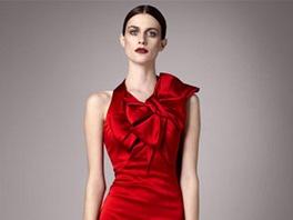Žena si může obléknout rudé pouzdrovky (Karen Millen) se zajímavou velkou e1238b7e78